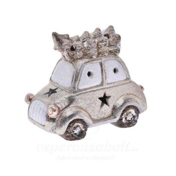 karácsonyi autó fenyőfával