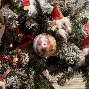 Karácsonyfa Gömb manókkal glitteres papír 10 cm fehér