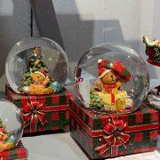 Rázógömb ajándékdobozon, macival poly 10x10,5x14,5cm piros,zöld 2 féle karácsonyi hógömb