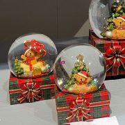 Rázógömb ajándékdobozon, macival poly 6,5x7x8,5cm piros,zöld 2 féle karácsonyi hógömb