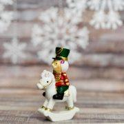 Diótörő Katona lovon poly 2.5x5x8cm fehér,piros,kék 2 féle karácsonyi figura