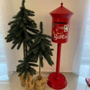 Postaláda álló fém 35x35x122 cm piros karácsonyi figura