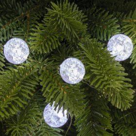 Karácsonyi fényfüzér dekorációval