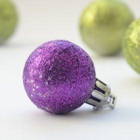 Lila karácsonyi dekoráció