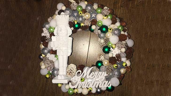 Karácsonyi ajtódísz diótörő figurával
