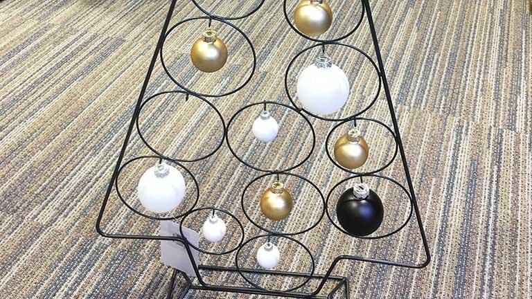 Fehér karácsonyfadísz arannyal és feketével