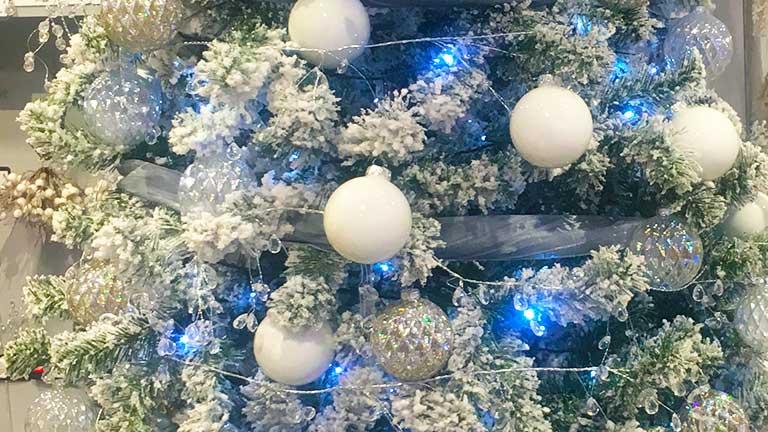 Fehér karácsonyfadísz havas műfenyővel