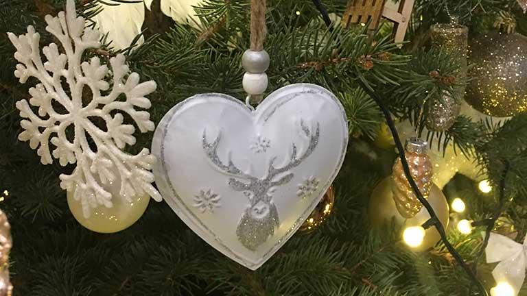 Fehér karácsonyfadísz fémből