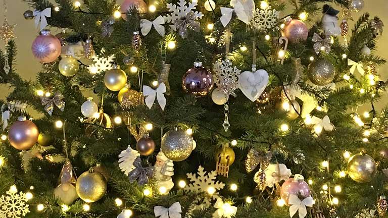 Fehér karácsonyfadísz melegfehér fényfüzérrel