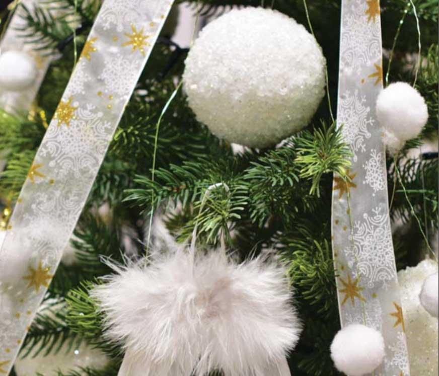 Fehér karácsonyfadíszek