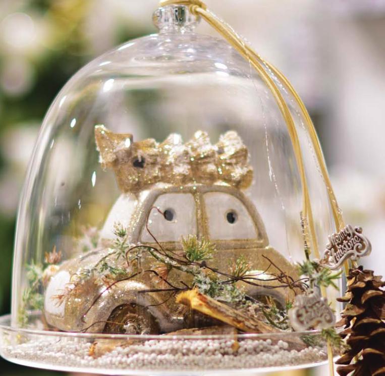 karácsonyi dekoráció kisautó fenyőfával