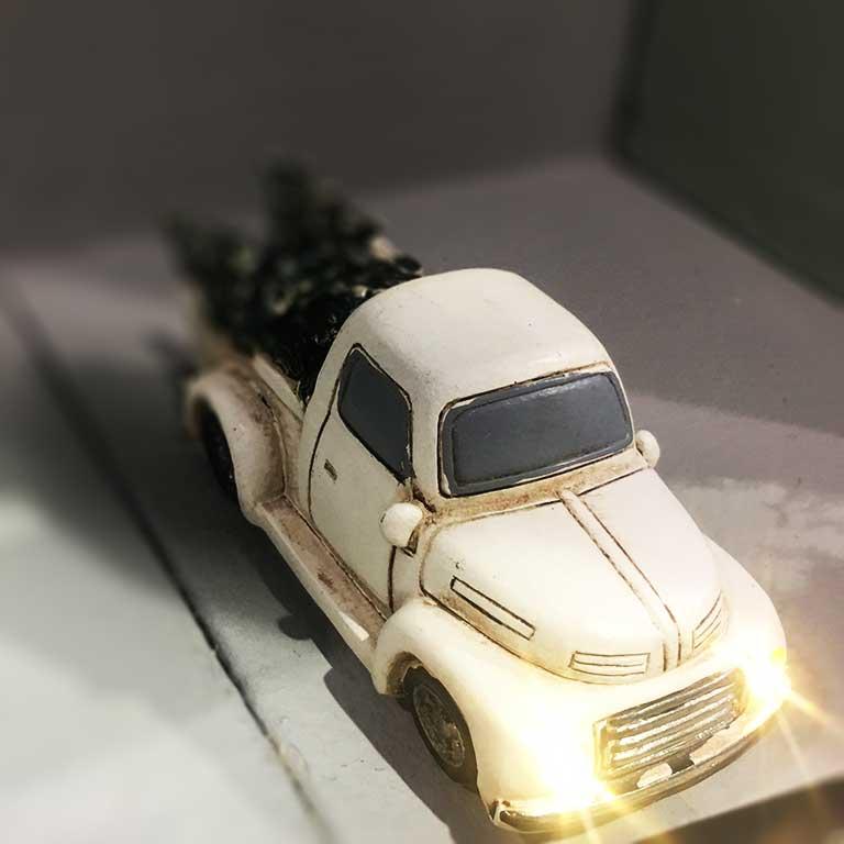 Téli autó fenyőfával