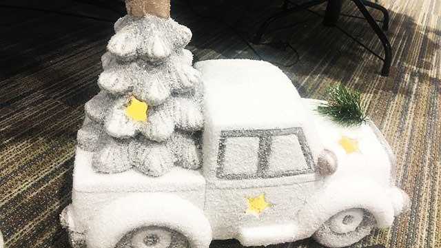 Karácsonyi dekoráció 2019 - Autó fenyővel