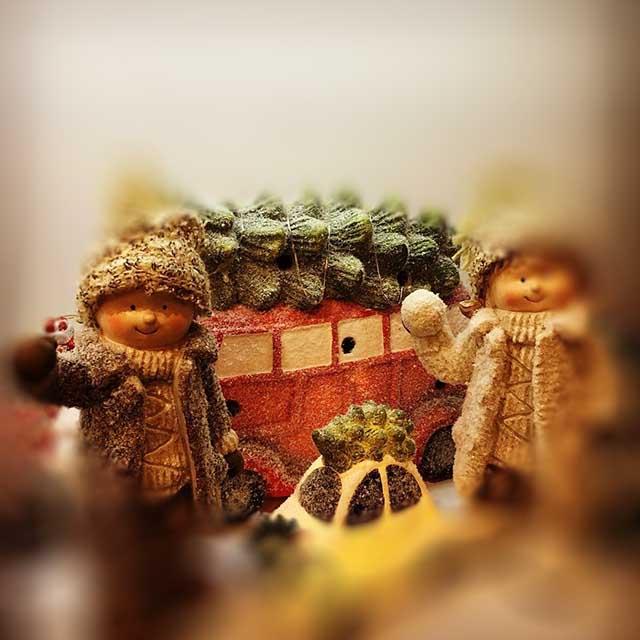 Karácsonyi figura - klasszikus autó, gyerekek